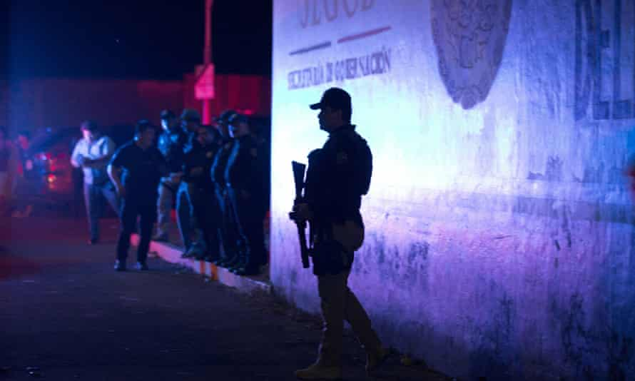A large group of mainly Cuban migrants escaped on foot from the immigration detention centre in Tapachula on Mexico's southern border.