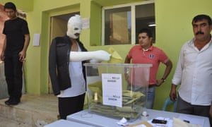 A man, wounded in Saturday's attack against the pro-Kurdish Peoples' Democratic Party (HDP) rally in Diyarbakir, southeastern Turkey, cast his vote on Sunday.