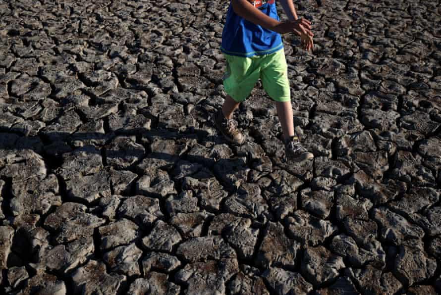 Un enfant traverse le fond desséché du lac Mendocino.