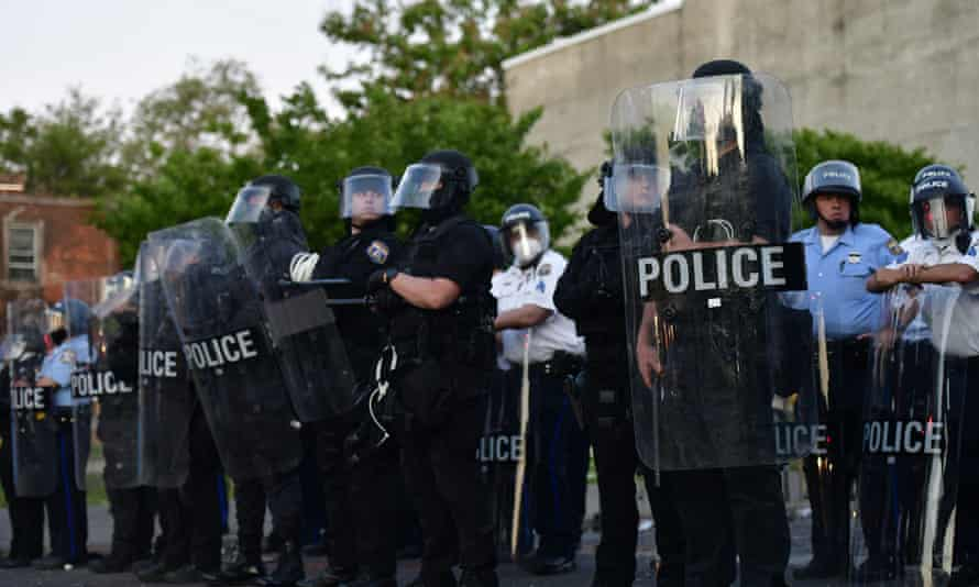 Police create a barrier during widespread unrest following the death of George Floyd, 31 May 2020 in Philadelphia.