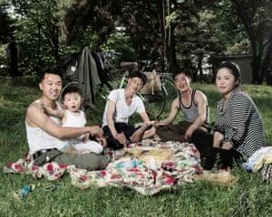 Pyongyang families like to picnic in Mansudae park (June 2017)