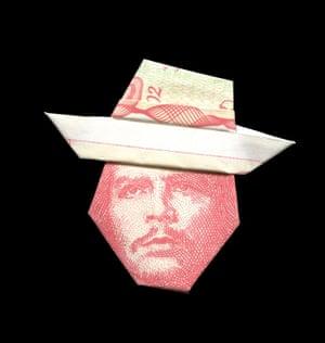 Che Guevara illustrated using banknote origami by Japanese illustrator Yosuke Hasegawa.