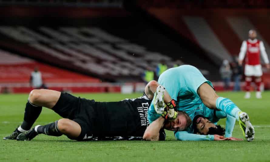 Bernd Leno tangles with Mohamed Salah