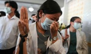 Seorang wanita menunjukkan hormat tiga jari saat dia menghadiri pemakaman Khant Nyar Hein, 17, tewas dalam kudeta militer.