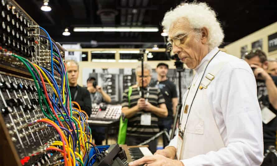 Malcolm Cecil demonstrating a Moog synthesiser at a trade show in Anaheim, California, in 2015.