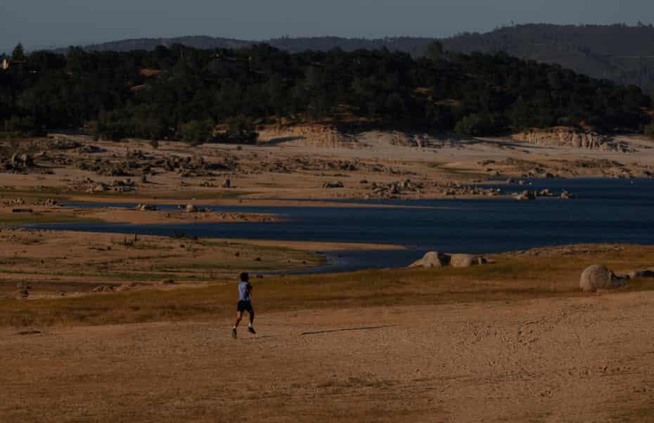 Un visiteur du parc court sur le fond sec du lac Folsom à Granite Bay.
