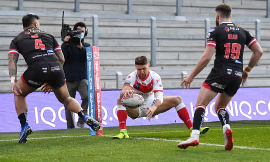 Tommy Makinson scores St Helens' opening try against Salford in Leeds on Friday.