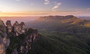 Золотой ранний утренний свет на горе Одиночный со знаменитыми тремя сестрами на переднем плане, Голубые горы, NSW, Австралия
