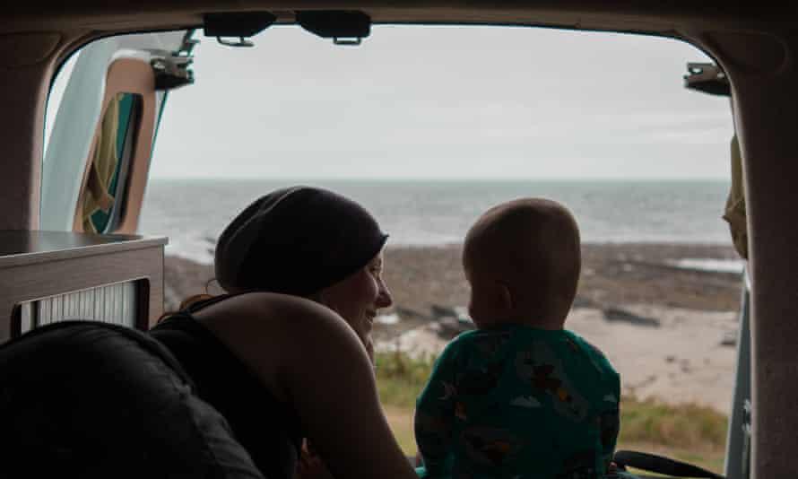 La autora y su hijo disfrutan de la vista al mar desde la camioneta.