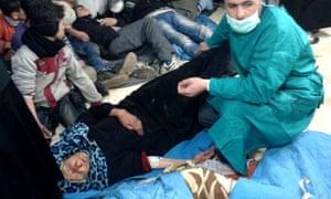 营养不良的人在Madaya接受治疗。