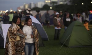 Indigenous peoples rise in the Brasília demonstration.