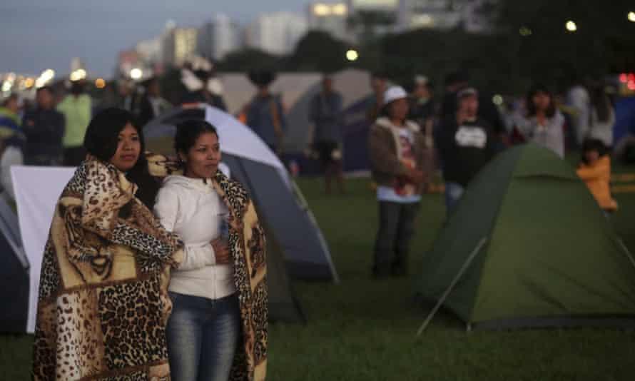 Indigenous peoples rise in the Brasília demonstration.