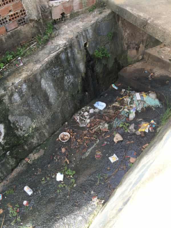 Linha do Tiro favela lacks proper sanitation.
