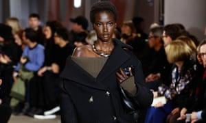 La diadema al revés: ¿por qué la vestimenta de atrás hacia adelante es la última tendencia de la moda? Moda