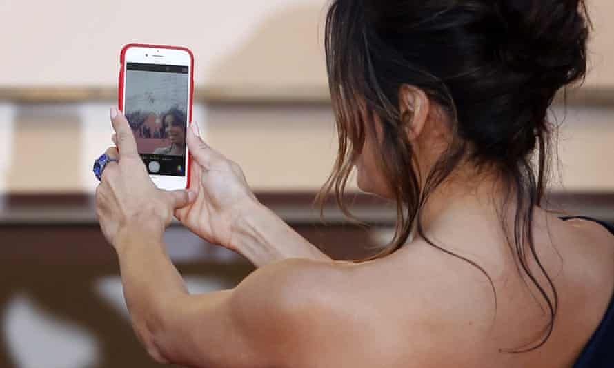 Eva Longoria takes a selfie