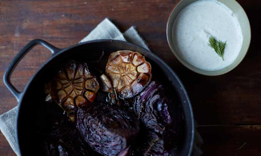 Pot roast red cabbage with yoghurt sauce and spices