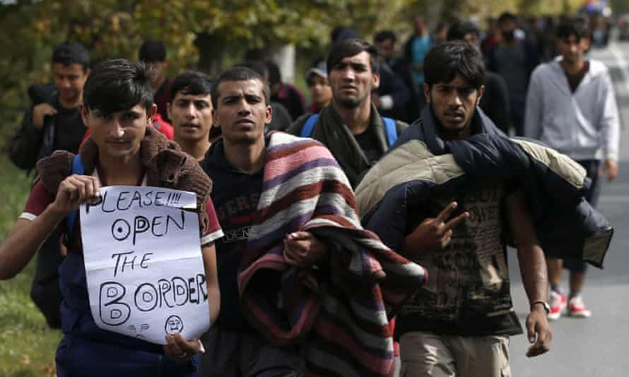 Refugees walk towards Serbian border with Hungary to protest against its closure for most people trying to reach EU.