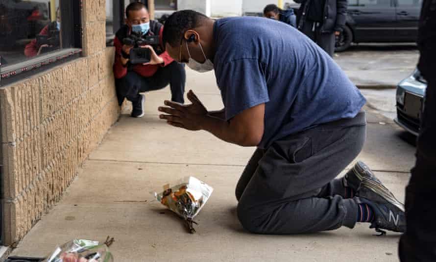 یالابا مندوزا برای عزاداری برای هشت کشته شده ، در 17 مارس ، از سایت دو اسپای آتلانتا بازدید می کند.