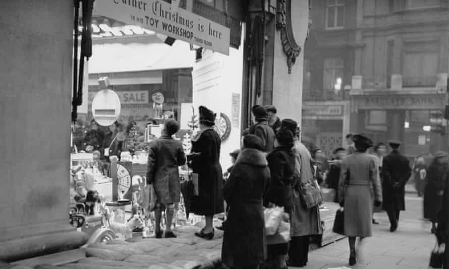 Shoppers outside Selfridges in December 1939.