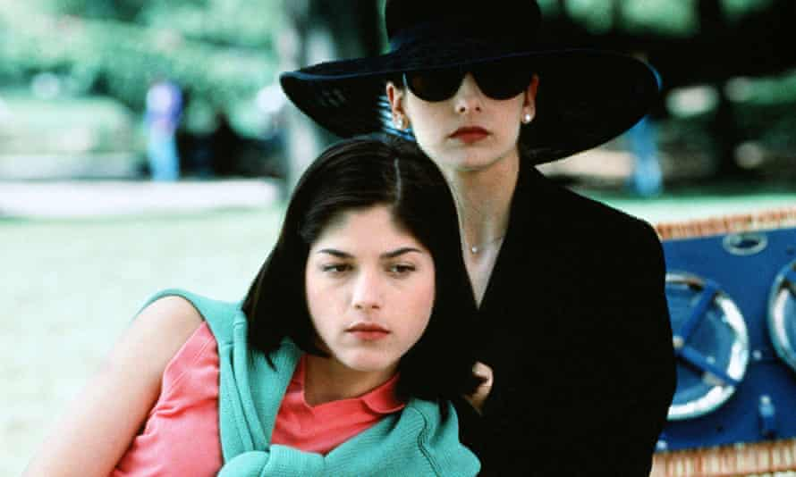 Selma Blair and Sarah Michelle Gellar in a scene from Cruel Intentions