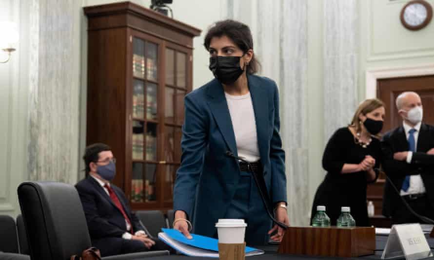 لینا خان ، نامزد کمیساریای کمیسیون تجارت فدرال ، برای یک جلسه تأیید در Capitol Hill وارد می شود.