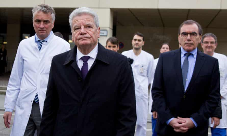 Joachim Gauck, the German president, with medics at the Virchow clinic in Berlin