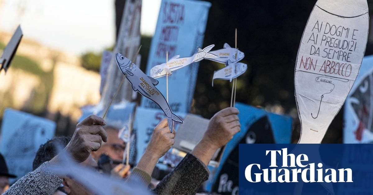 'Sardines' pack piazza in Rome for protest against Matteo Salvini