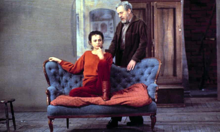 Lena Olin and Erland Josephson with the Hedda Gabler sofa in After the Rehearsal.