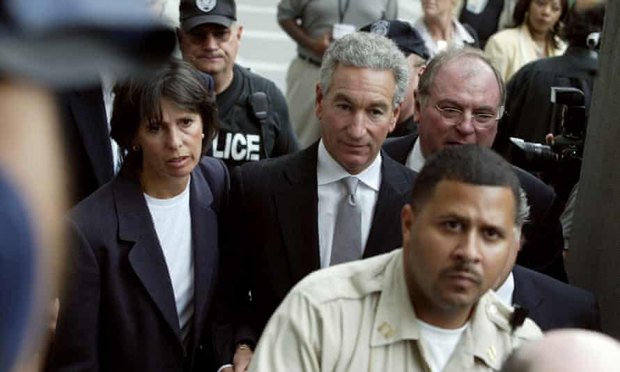 Charles Kushner (center) pictured in 2004 arriving at Newark federal court.