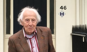 Cecil Woolf in 2016 outside 46 Gordon Square in Bloomsbury, London, a former home of his aunt Virginia.