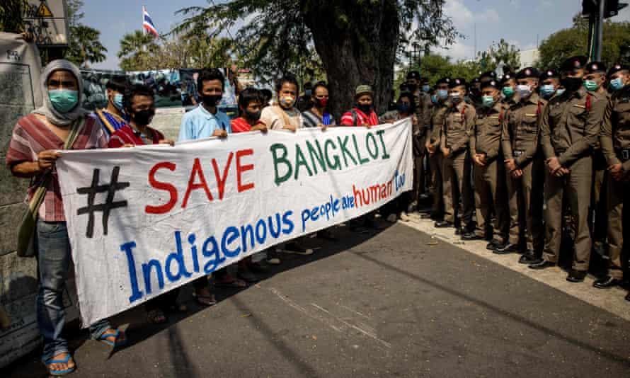 Manifestantes sosteniendo una pancarta
