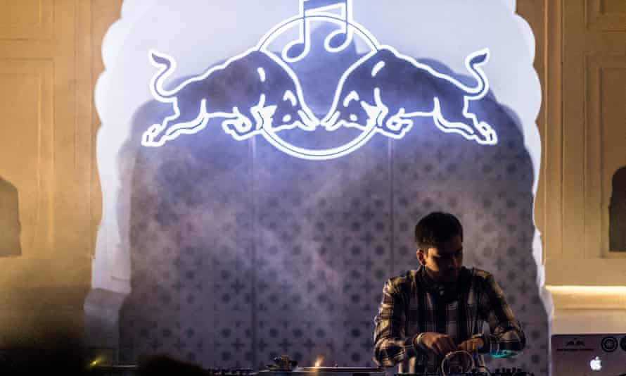 Red Bull Music Academy alumnus Oceantied performing at the 2016 Magnetic Fields festival.