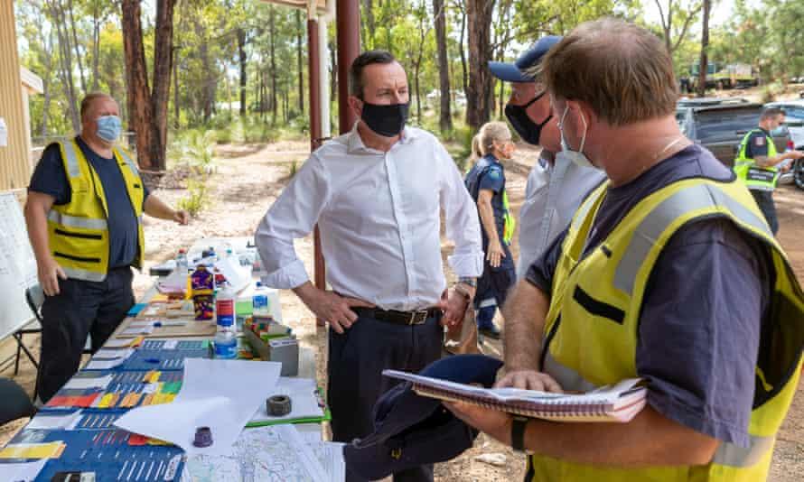 Mark McGowan speaks with emergency personnel at the Wooroloo Volunteer Bushfire Brigade in Perth