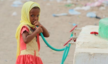 A displaced Yemeni girl drinks water in a camp set up for people who have fled from Hodeidah.