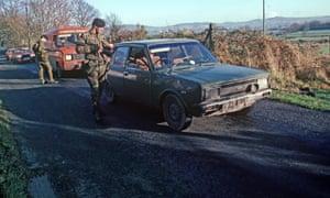 1985, British soldiers in Northern Ireland border check
