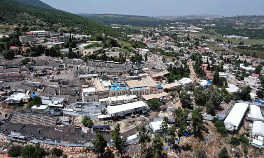 Uma imagem de drone mostra o Monte Meron, onde milhares de judeus ultraortodoxos se reuniram no túmulo de um sábio do século II para um festival anual.