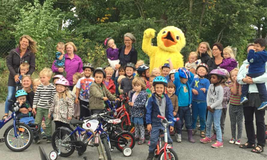 Cycling Anton spreads the two-wheeled message to children at a kindergarten in Odense.