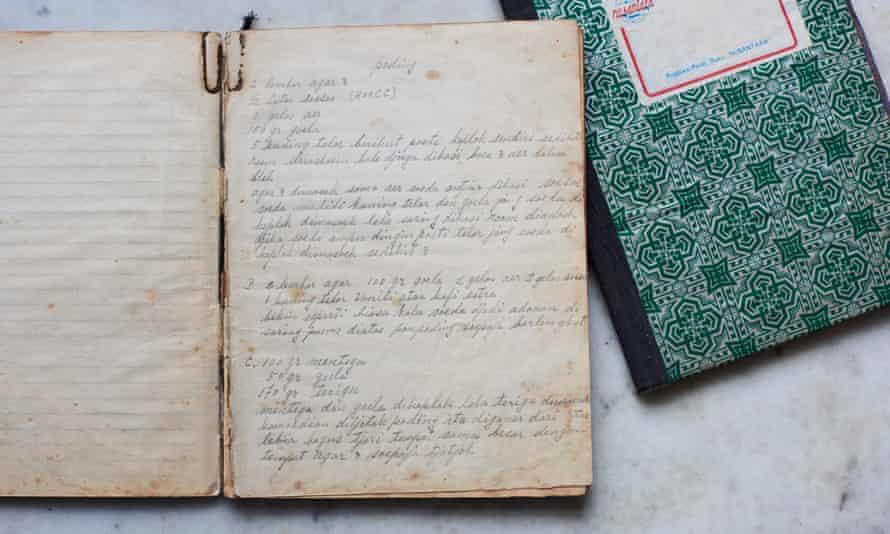 استأجرت لورا لي عمتها وجدتها للمساعدة في الطهي من كتب وصفات جدتها
