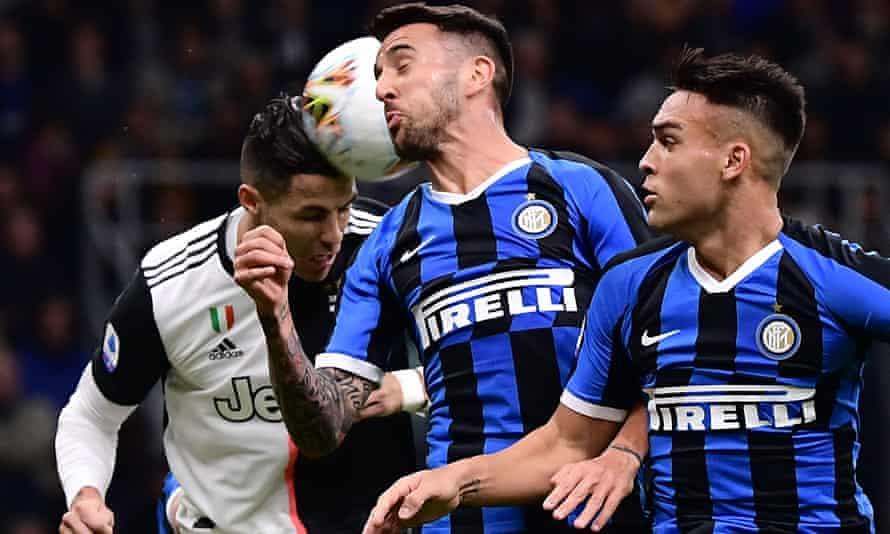 Cristiano Ronaldo, Matías Vecino and Lautaro Martínez go for a header.