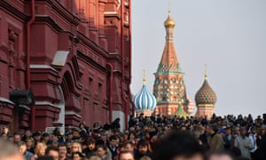 Crowds gather in Moscow to commemorate the victims of the St Petersburg attack.