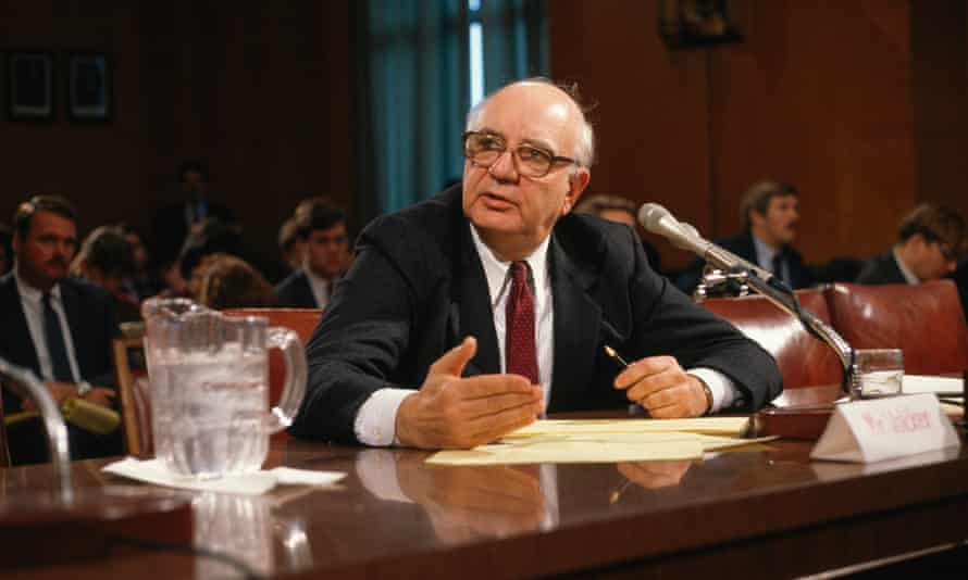 Paul Volcker attending a Washington meeting to discuss public sector salaries, 1989.