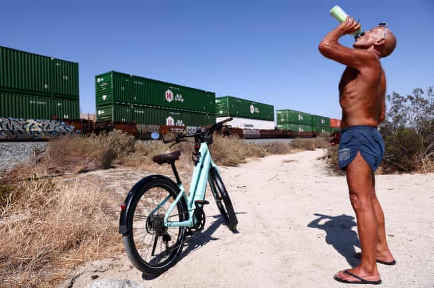 Daryl Luppino toma una copa durante su paseo en bicicleta cerca de Palm Springs, California, el 9 de julio.