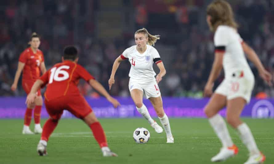 Leah Williamson draagt de bal naar voren tegen Macedonië