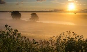 Sonnenaufgang über dem Naturschutzgebiet Elmley Marshes auf der Isle of Sheppey.