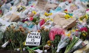 گلهایی که بعد از مرگ سارا اورارد در Clapham Common باقی مانده اند