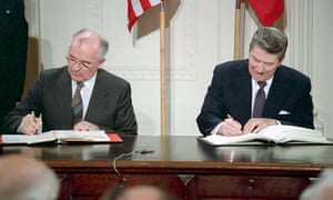 Mihhail Gorbachev and Ronald Reagan sign INF treaty in White House in 1987