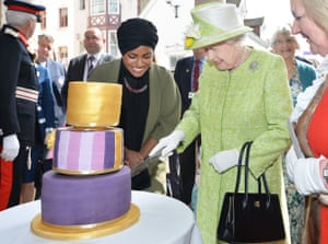 The Queen cuts her cake with Nadiya Hussain, the television baker who made it
