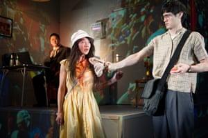 Benedict Wong, Elizabeth Chan et Andrew Leung dans le film primé Chimerica au théâtre Almeida en 2013.