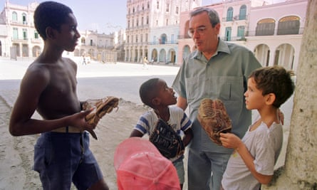 Eusebio Leal  Spengler talks to children in Old Havana.