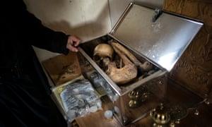 Τα οστά που ανήκουν στον μοναχό που ζούσαν προηγουμένως σε αυτό το κελί φυλάσσονται σε ασημένιο κουτί.  Ακόμη και μετά το θάνατο, ο μοναχός παραμένει στο κελί.